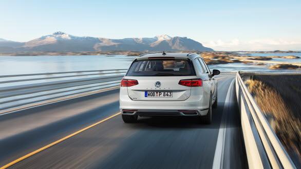 Kombinationen av en elmotor och en turboladdad förbränningsmotor (systemeffekt: 218 hk) gör Passat GTE till en både komfortabel och säker långfärdsbil.