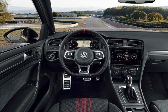 Precis som i racingbilar är rattens läder perforerat vid klockan 3 och 9 samt med ett rött märke klockan 12.