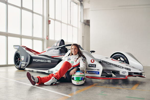 Porsche Carrera Cup Scandinavia får celebert besök. Simona De Silvestro, fabriksförare hos Porsche Motorsport, gör ett inhopp som gästförare på Rudskogen.