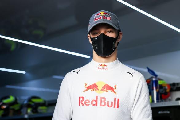 – Jag kommer in utan träning efter en säsong i Formel 3 och har inte satt upp några mål. Först och främst handlar det om att hitta känslan på banan och i bilen. Att arbeta bra med teamet för att se vad jag behöver fokusera på och vilka tekniker jag behöver justera. Jag hoppas att vi kan lukta lite på en pallplats. Naturligtvis blir det en hård och cool tävling för mig som förare.