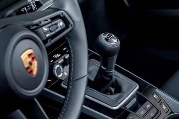 Porsche 911 Carrera S med sjuväxlad manuell växellåda.