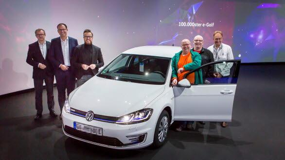 100 000:e exemplaret av e-Golf överlämnas till kunden Maik Jaehde (trea från höger).