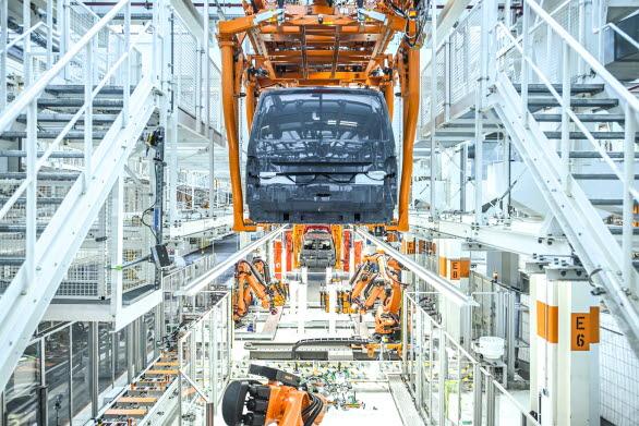 En T6.1 i monteringsbandet som från nästa år även kommer hantera den nya Multivan.