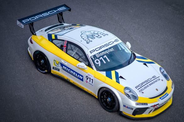 Tom Blomqvist kommer till start i Carrera Cup med Porsche Sveriges gästbil. Startnummer 911 har helgen till ära smyckats i färger som bör ge rejält med gåshud för alla som älskar motorsport. En klassisk livery som är en av rallysportens och den mytomspunna Grupp B-erans mest älskade och respekterade. Färger som Toms pappa, rallylegendaren Stig Blomqvist, körde till mästerskapsseger i rally-VM 1984.