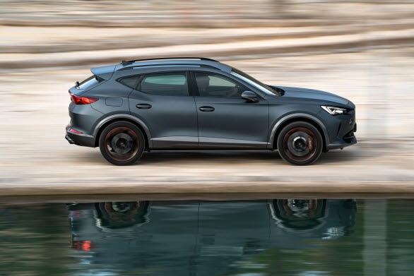 Modellens sidoprofil skvallrar om bilens dynamik och om den imponerande kraft som ligger under huven.
