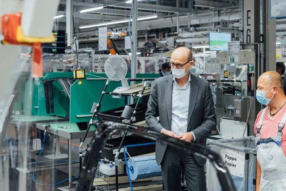 Ralf Brandstätter vid dörrmonteringen på produktionslinjen för ID.4 i Zwickau.