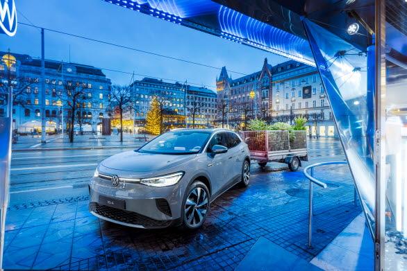 Volkswagen hämtar stockholmarnas uttjänta julgranar med sin nya elbil ID.4.