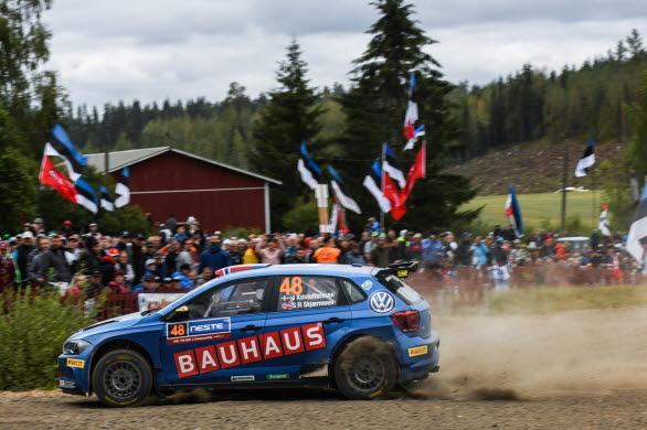 Den fanatiska rallypubliken i Finland fick njuta av Johan Kristofferssons körkonster.