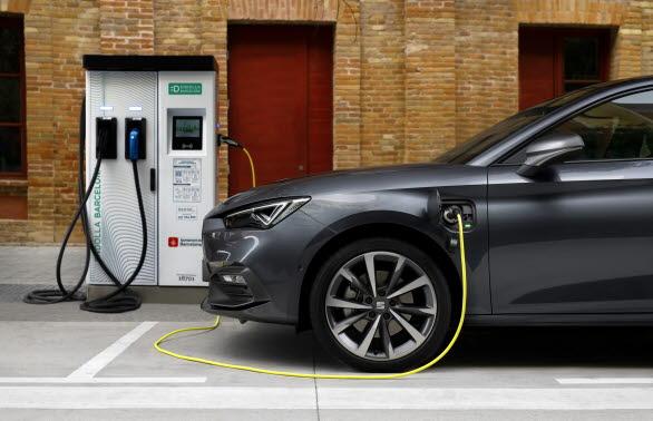 Batteriet laddas fullt på 3 tim. och 40 min. om du pluggar in det i en 3,6 kW-laddare (laddbox), eller 6 tim. med en 2.3 kW-laddare.