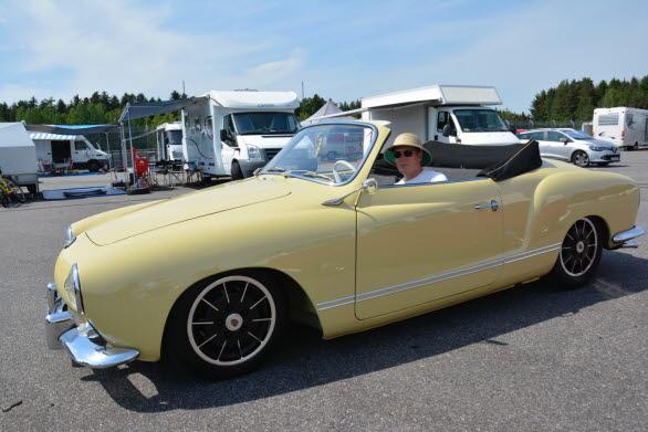 Drömmen om sol och evig sommar förevigas i en Karmann Ghia cabriolet, rattad av Lars Häsä från Jönåker.