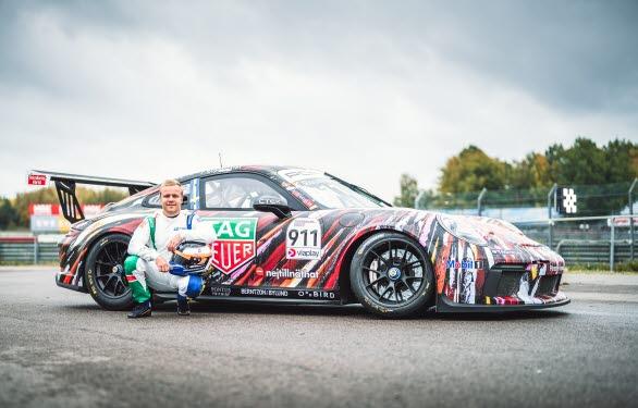 """Under mästerskapsfinalen på Mantorp Park tävlar Felix Rosenqvist i Porsche Sveriges gästbil med startnummer 911. Bilen är en s.k. """"art car"""" formgiven speciellt för Rosenqvist, med en livery signerad Formel 1-föraren och Le Mans-vinnaren Stefan """"Lill-Lövis"""" Johansson."""