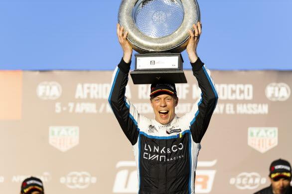 – Porsche Carrera Cup Scandinavia har en stark position och väldigt bra förare. Det ska bli kul att komma in och möta de svenska elitförarna i mästerskapet, säger Thed Björk. Det blir spännande att se om jag kan hitta farten tillräckligt snabbt för att kunna utmana Robin Hansson och Lukas Sundahl. Bild: Thed Björk firar segern i WTCR-premiären i Marocko förra året.