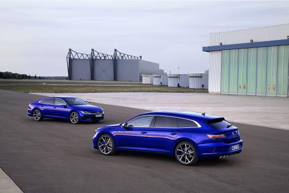 Båda R-versionerna klarar accelerationen från 0-100 km/h på 4,9 sekunder.