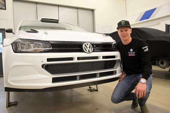 Bil nr 8! En av de femton första Polo GTI R5-bilarna för rally har hittat till Kristoffersson Motorsports verkstad, till Johan Kristofferssons glädje.