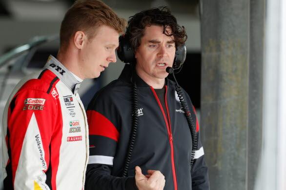 Johan och ingenjören Richard har ett nära samarbete före, under, efter och mellan tävlingar. Foto: Frederic Le Floc'h.