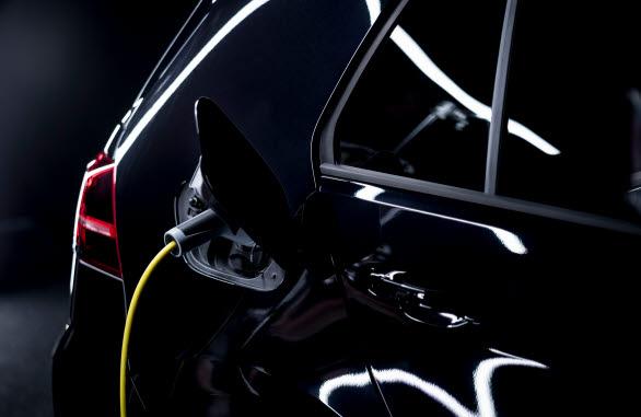 I musikvideon kretsar allt kring kraften i en elbil.