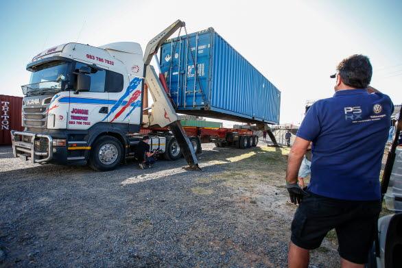 Till slut! Den viktiga containern kommer fram till Killarney International Raceway.