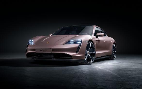 Porsche lanserar en fjärde version av sin helelektriska sportbil - den bakhjulsdrivna Porsche Taycan.
